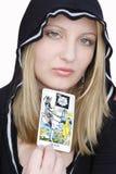 Sorcière de l'adolescence avec la carte de tarot Photo stock