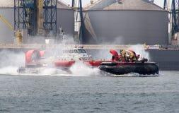 Sorel-tracy, Canadá - 15 de julio de 2015: industrias pesqueras y aerodeslizador canadiense del guardacostas del océano en el río Imagen de archivo libre de regalías