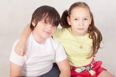 Sorella che abbraccia fratello Immagine Stock