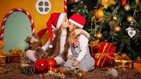 Sorella che bacia sua sorella Natale fotografie stock libere da diritti