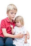 Sorella e fratello infelici. fotografia stock