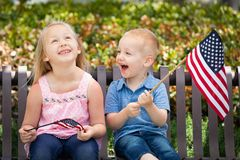 Sorella e fratello svegli Holding American Flags Immagini Stock