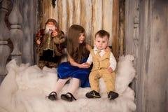 Sorella ed suo fratello che stting sopra sul portico decorato per Fotografia Stock Libera da Diritti