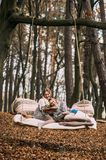 Sorella gemellata, leggente un libro su un'oscillazione in autunno f Fotografia Stock