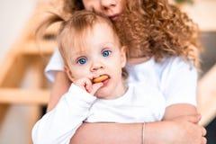 Sorella più anziana che si siede sulla scala con la più giovane sorella Concetto di amore della famiglia fotografia stock