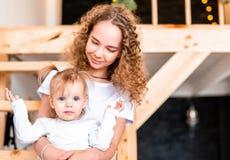 Sorella più anziana che si siede sulla scala con la più giovane sorella Concetto di amore della famiglia immagine stock libera da diritti