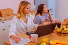 Sorella sensibilità arrabbiata a suo fratello germano adolescente rumoroso che parla dal telefono fotografia stock libera da diritti