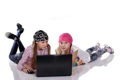 Sorella sorridente con il computer del pc della compressa Fotografia Stock
