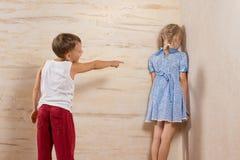 Sorella sveglia di Laughing To His del fratello piccolo Fotografia Stock