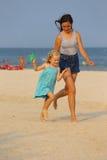 Sorelle alla spiaggia Immagine Stock Libera da Diritti