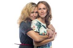 Sorelle bionde abbraccianti felici Fotografia Stock Libera da Diritti