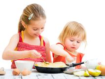 Sorelle che cucinano i pancake Fotografia Stock
