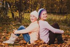Sorelle che giocano con le foglie Immagine Stock