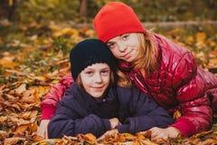Sorelle che giocano con le foglie Fotografia Stock Libera da Diritti