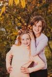 Sorelle che giocano con le foglie Fotografie Stock