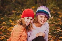 Sorelle che giocano con le foglie Fotografia Stock