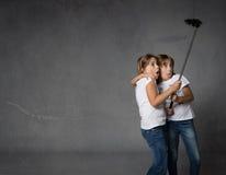 Sorelle che prendono selfie con la macchina fotografica immagine stock