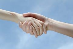 Sorelle che tengono le mani Immagine Stock Libera da Diritti