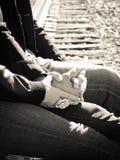 Sorelle che tengono le mani Immagini Stock Libere da Diritti