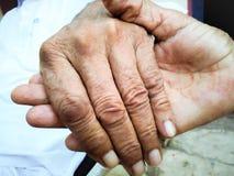 Sorelle che tengono le mani Fotografie Stock