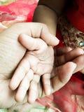 Sorelle che tengono le mani Fotografia Stock
