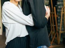 Sorelle che tengono le mani Gli amanti coppia tenersi per mano in una stanza Nikon D200 hug immagini stock