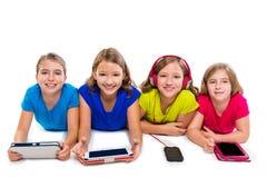 Sorelle compresse e smatphones di tecnologia delle ragazze del bambino Fotografie Stock