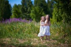 Sorelle della ragazza nel campo Fotografie Stock