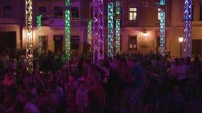 Sorelle di seta acrobatica aerea di manifestazione alla notte fotografia stock libera da diritti