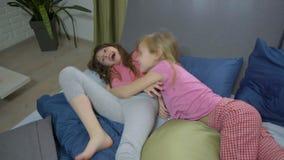 Sorelle divertenti che imbrogliano intorno sul letto video d archivio