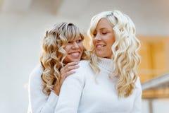 Sorelle ed amici amorosi Fotografia Stock