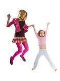 Sorelle felici che saltano insieme immagini stock libere da diritti