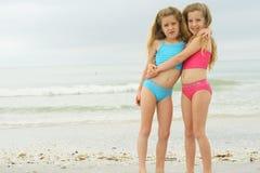 Sorelle gemellare alla spiaggia Fotografia Stock Libera da Diritti