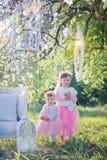 Sorelle nel parco del fiore Immagine Stock