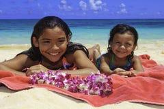 Sorelle polinesiane alla spiaggia Fotografie Stock Libere da Diritti