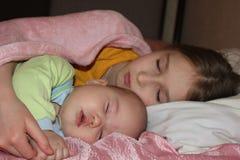 Sorelle sonno fotografie stock