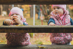 Sorelline che giocano sulle scale Fotografia Stock