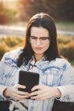 Sorge der jungen Frau über gefälschte Nachrichten auf Tablette lizenzfreies stockbild