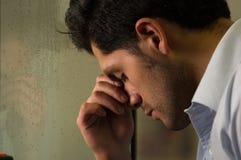 Sorge und erschöpfter junger Mann depresed, grauer Hintergrund Stockfoto