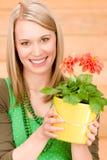 Sorgente conservata in vaso del fiore della stretta felice della donna del ritratto Fotografia Stock Libera da Diritti