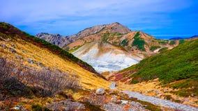 Sorgente di acqua calda e montagna in itinerario alpino del Giappone Fotografie Stock