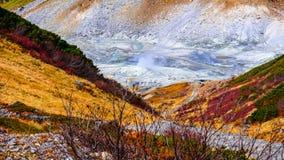 Sorgente di acqua calda e montagna in itinerario alpino del Giappone Fotografia Stock Libera da Diritti