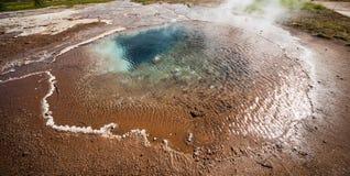 Sorgente di acqua calda vicino al geyser di Stokkur Fotografie Stock Libere da Diritti
