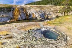 Sorgente di acqua calda di Yellowstone della riva del fiume Fotografie Stock Libere da Diritti