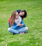 Sorgente Madre e figlia all'aperto Fotografia Stock