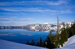 Sorgente nel lago crater fotografie stock libere da diritti