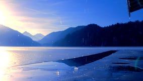 Sorgente Neve di gocciolamento Lago congelato Alpsee in Baviera stock footage