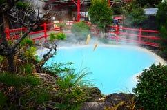 Sorgenti di acqua calda blu-chiaro a Beppu Fotografia Stock