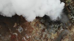 Sorgenti di acqua calda di Gunnuhver e sfiati del vapore, vista da sopra, penisola di Reykjanes, Islanda archivi video