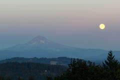 Sorgere della luna complete della luna di raccolto sopra il supporto Hood Oregon Immagini Stock Libere da Diritti